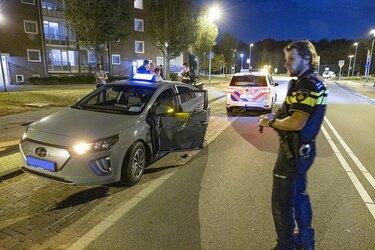 Automobilist knalt tegen portier van taxi en gaat er vandoor