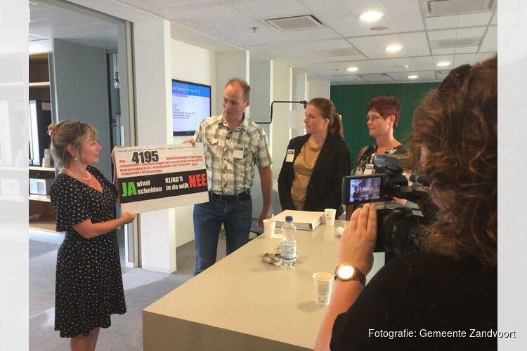 Wethouder Sanna Munnikendam neemt petitie actiegroep Saendelft in ontvangst
