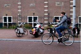 Straks krijg je ook een boete voor appen op de fiets