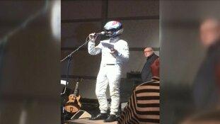 Zandvoortse burgemeester geeft nieuwjaarsspeech in Formule 1-pak