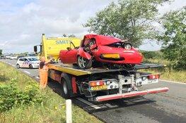Cabrio tegen boom, twee gewonden