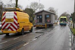 Bijzonder transport vast op de Zandvoorterweg in Aerdenhout