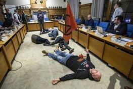 Extinction Rebellion houdt 'die-in' bij Zandvoortse gemeenteraad