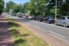 """Politie sluit meerdere wegen naar kust af vanwege drukte en roept op: """"Kom niet naar strand!"""""""