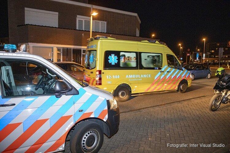 Scooterrijdster gewond na botsing tegen geparkeerde auto