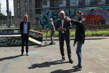 Burgemeester en wethouder bezoeken skatepark Tollensstraat
